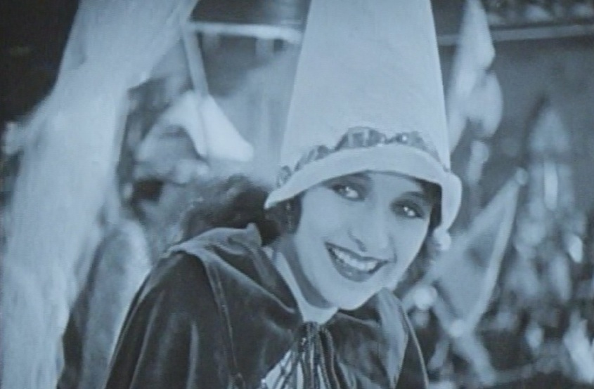 Marceline-Day-sees-John-Barrymore-as-King-of-fools-in-The-Beloved-Rogue