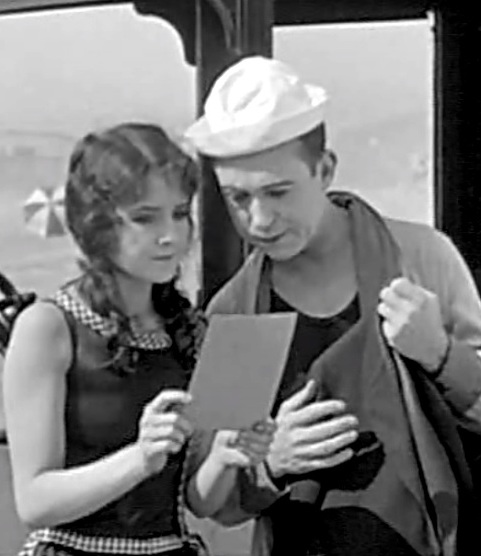 Alice-Day-and-Harry-Langdon-in-His-New-Mamma-1924-00