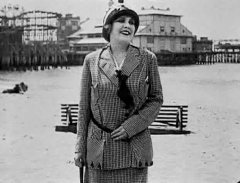 Edna-Purviance-in-By-the-Sea-1915-03.jpg