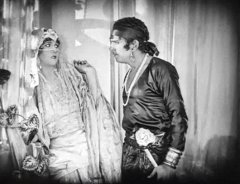 Julanne-Johnston-and-Douglas-Fairbanks-in-The-Thief-of-Bagdad-1924-12.jpg