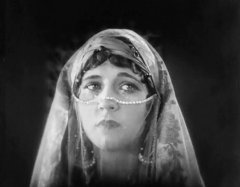 Julanne-Johnston-in-The-Thief-of-Bagdad-1924-14.jpg