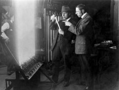 Billy-Bitzer-cinematographer-and-D-W-Griffith-director-experiment-with-lighting-techniques-1913.jpg